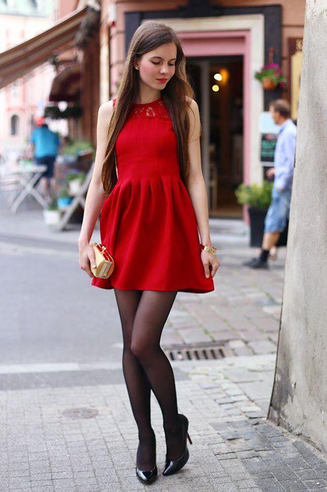 Combinación de medias con vestido rojo para el otoño