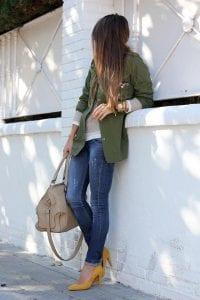 Combinación de tacón color mostaza y saco verde militar