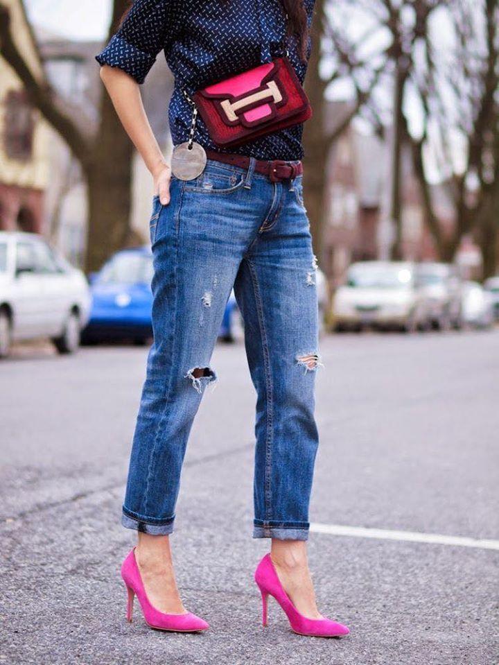 Combinación de tonos azules y zapatillas rosas
