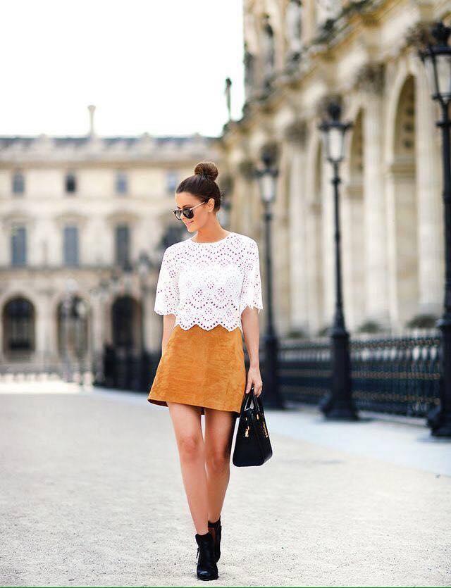 Combinaciones de falda en color mostaza y blusa blanca
