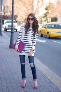 Cómo combinar tus tacones rosas con un suéter de rayas