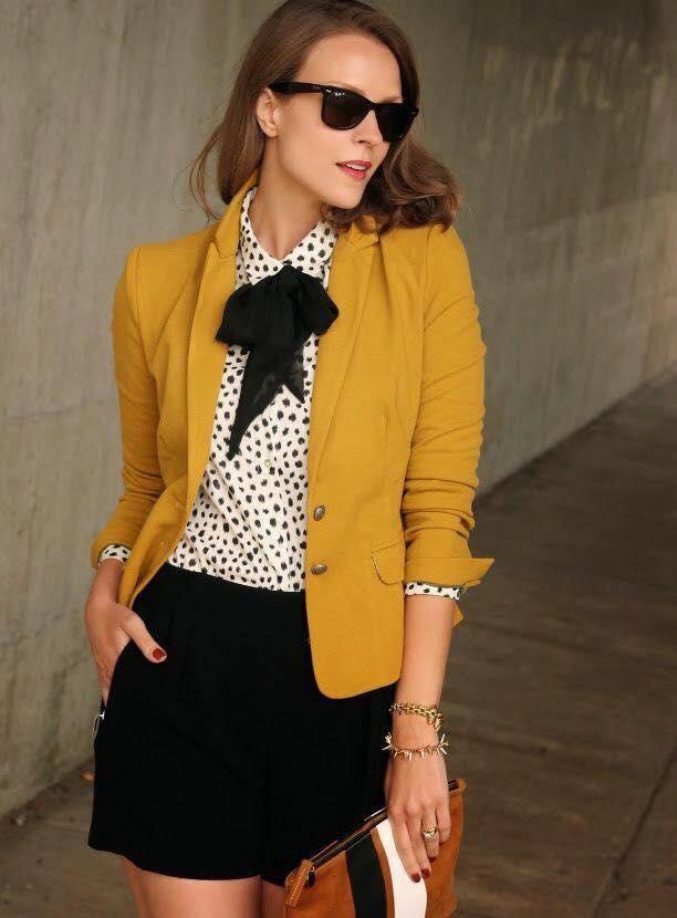 Cómo combinar un blazer color mostaza para la temporada