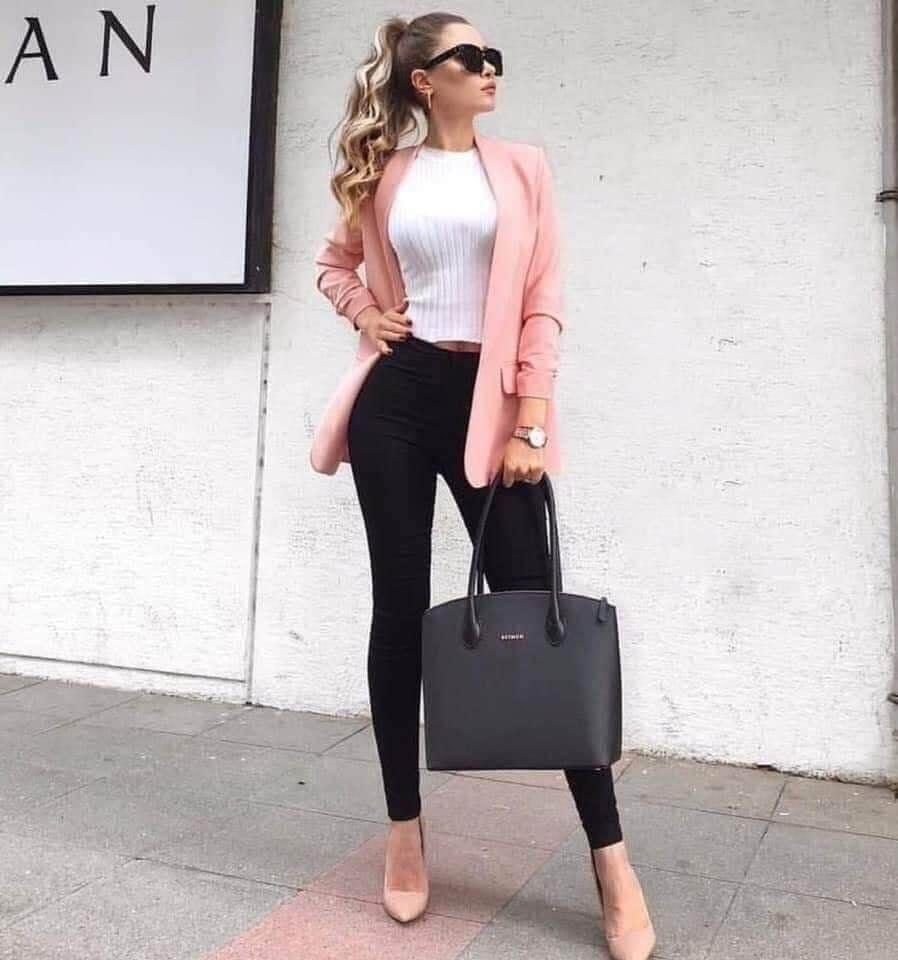 Cómo combinar un blazer rosa en un conjunto casual