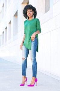 Cómo combinar un blusón verde con tacones rosas