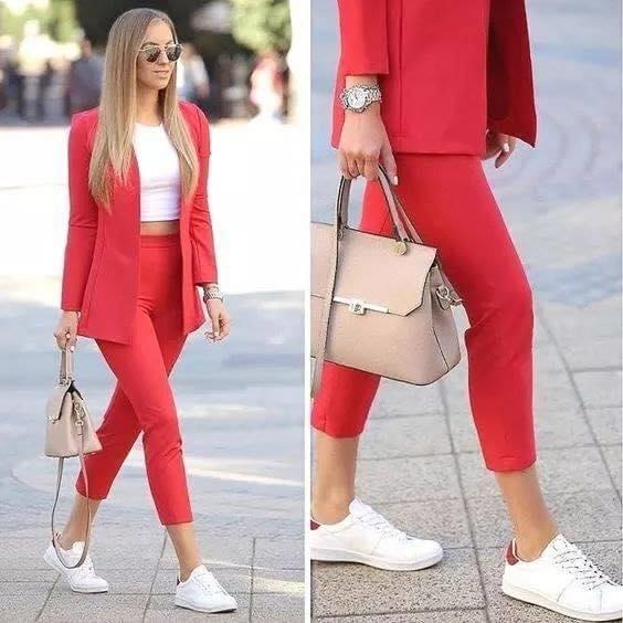 Cómo combinar un pantalón de vestir capri en color rojo y tenis