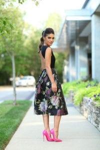 Cómo usar un vestido con diseño y tacones rosas