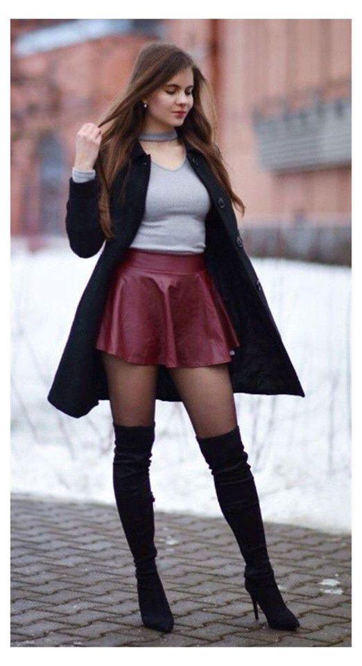 Falda de cuero color tinto con botas altas y medias