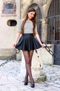 Falda redonda con blusa a rayas y medias en tendencia