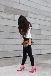 Look casual con animal print y zapatillas rosas