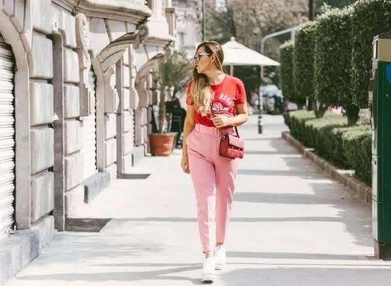 Look casual con traje de vestir rosa playera y tenis