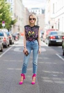 Look con camiseta de diseño y tacones rosas