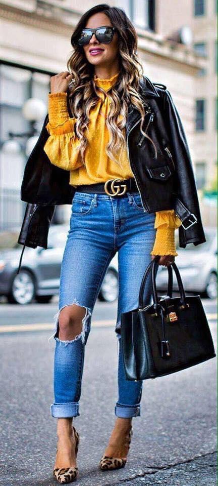 Look con chamarra de cuero y blusa color mostaza