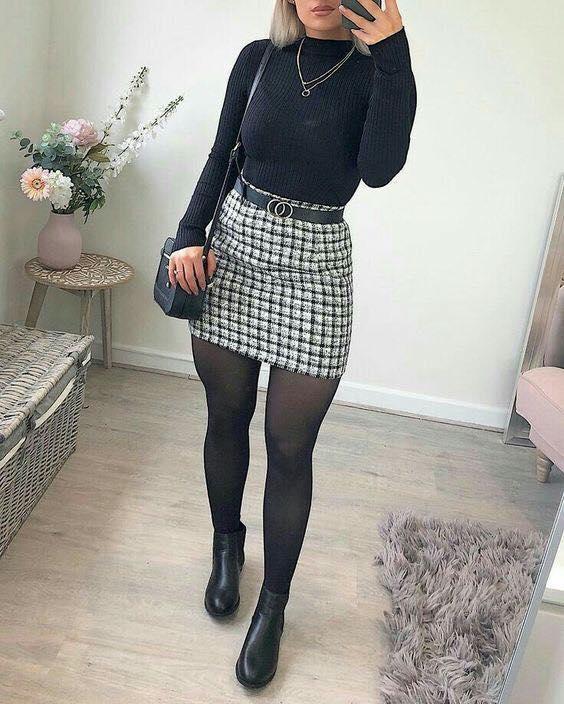Look con falda a cuadros y medias oscuras