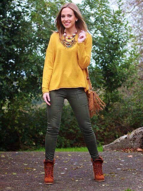 Look con maxi suéter color mostaza para la temporada