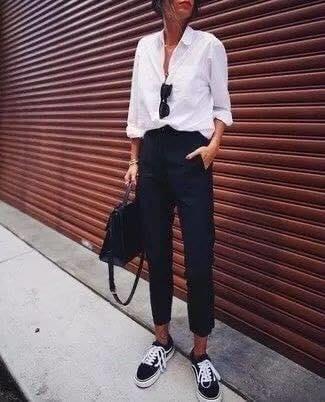 Look con pantalones de vestir con tenis negros
