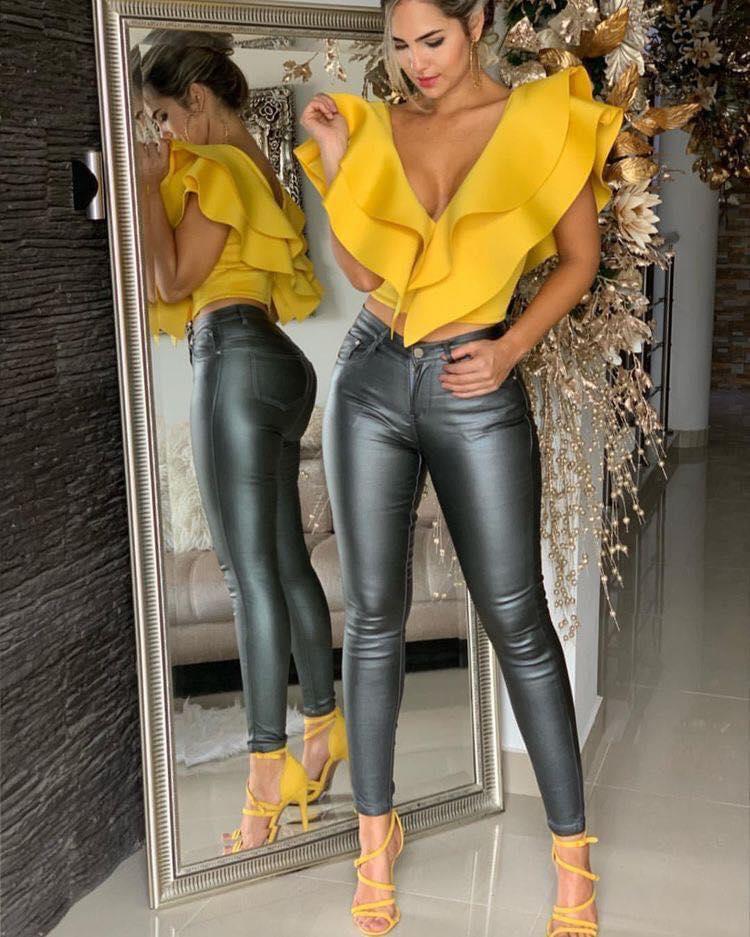 Look con zapatillas y blusa color amarillo mostaza