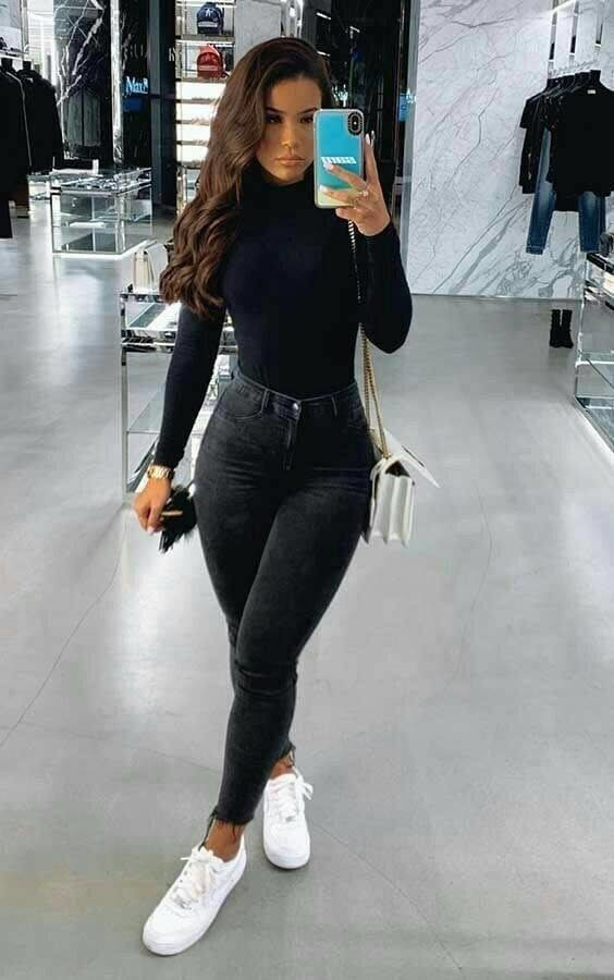 Look de blusa manga larga y pantalón negro a la cintura