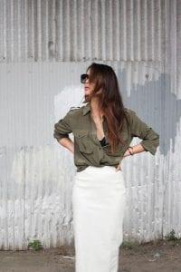 Look de blusa verde militar con falda blanca