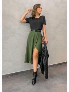 Luce una falda en verde militar