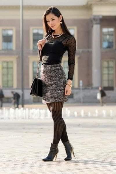 Medias de rayas con falda de tela para look otoñal
