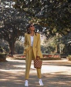 Outfit amarillo mostaza con pantalones de vestir y tenis