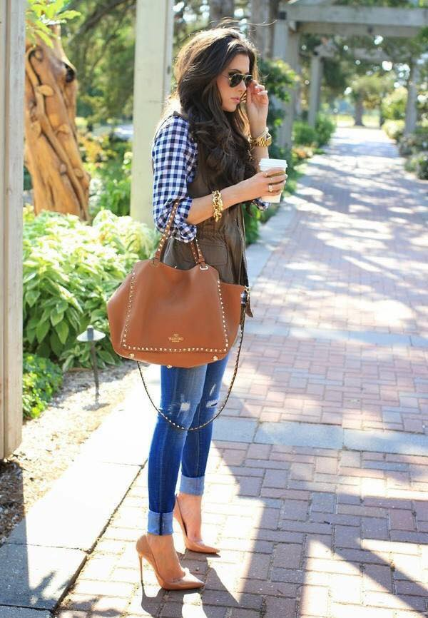 Outfit casual con jeans rotos