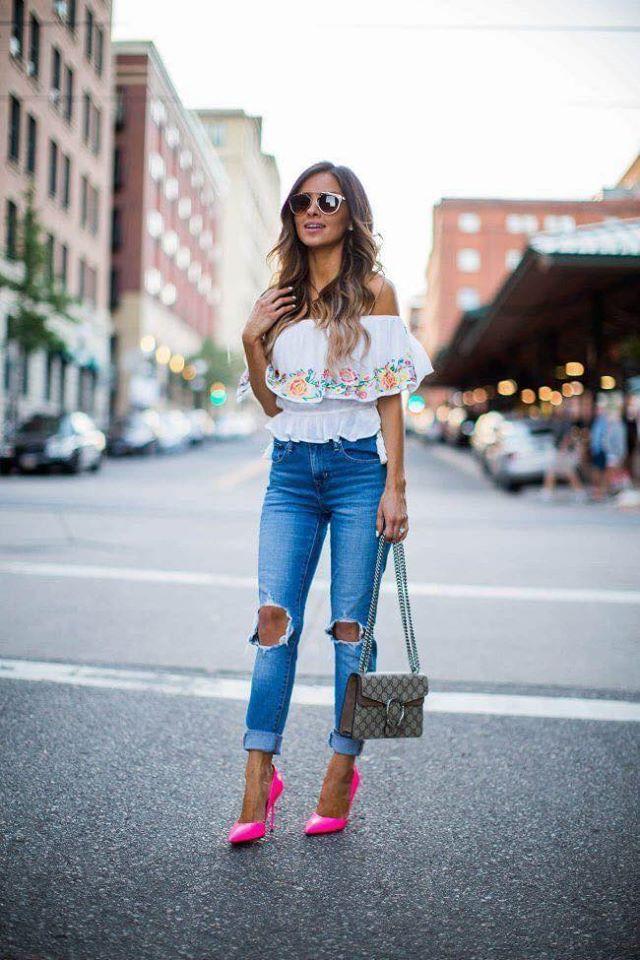 Outfit casual con tacones rosas