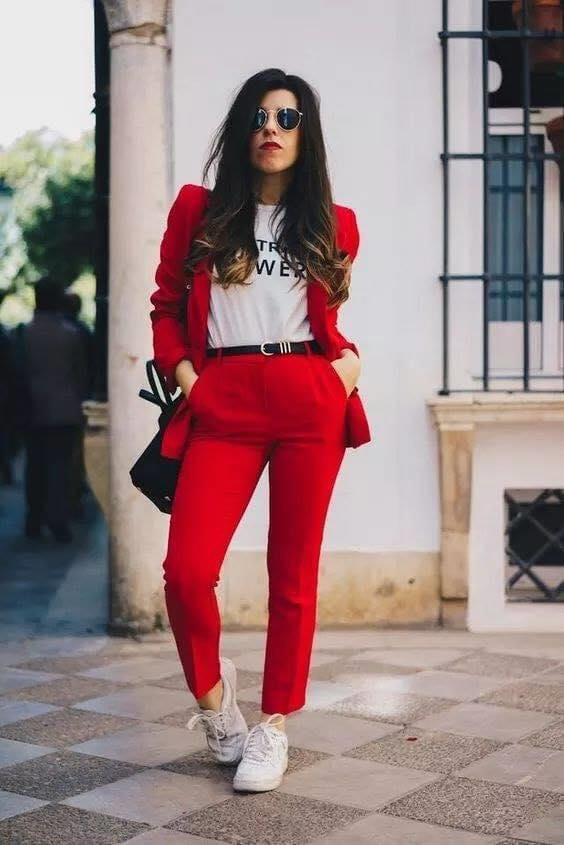 Outfit casual con traje de vestir y tenis