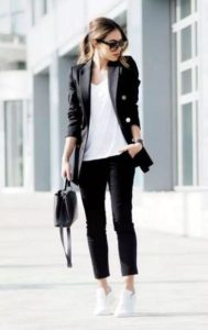 Outfit con pantalón de vestir blazer y tenis