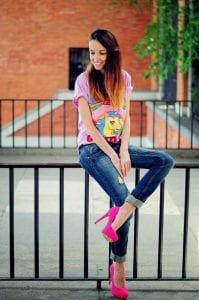 Outfit con playera y zapatillas rosas