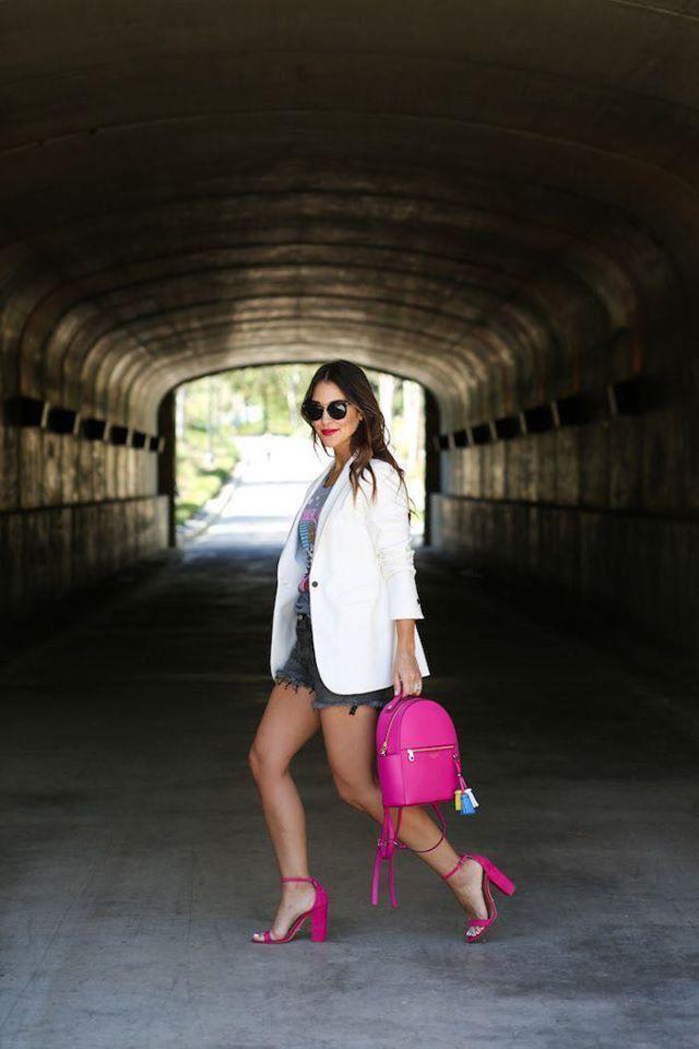 Outfit con zapatillas rosas y shorts