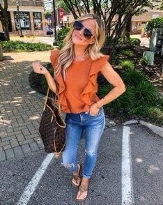 Outfit de blusa con holanes para el otoño