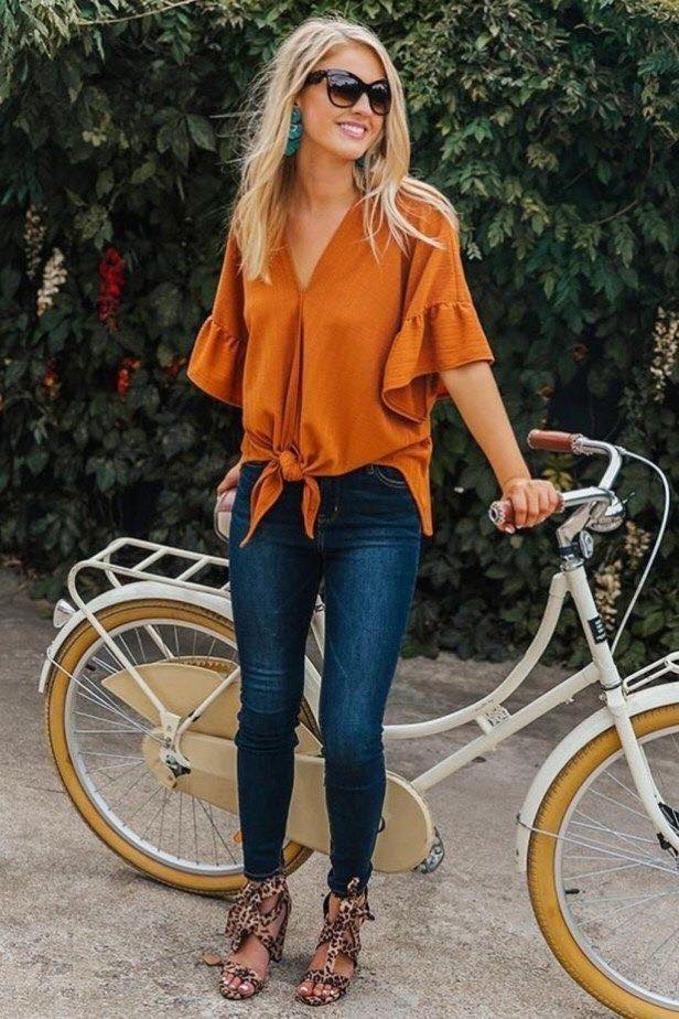Outfit de blusa con nudo en color de otoño y jeans