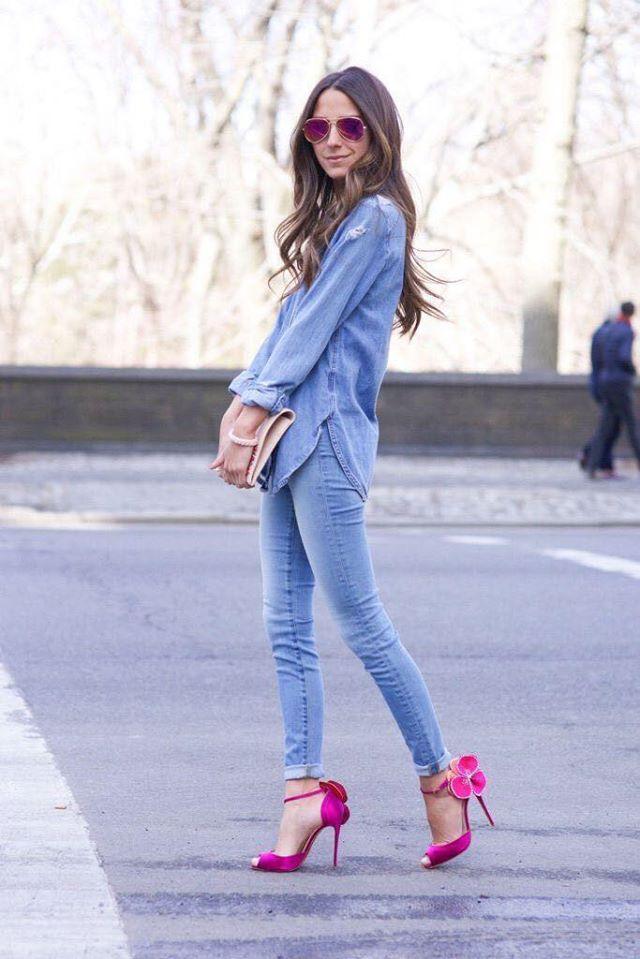 Outfit de mezclilla con tacones rosas