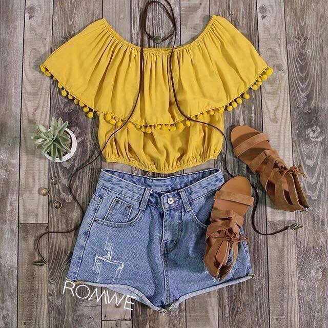Outfit de shorts con blusa campesina en color mostaza