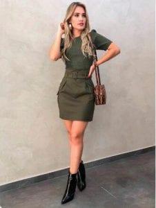 Outfit de vestido en verde militar
