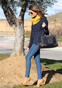Outfit sencillo con tono azul marino y amarillo mostaza