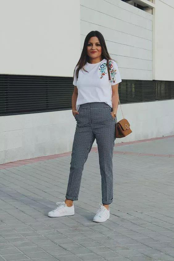 Pantalón de vestir a cuadros con tenis blancos