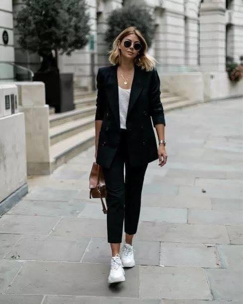 Pantalón de vestir en negro con tenis