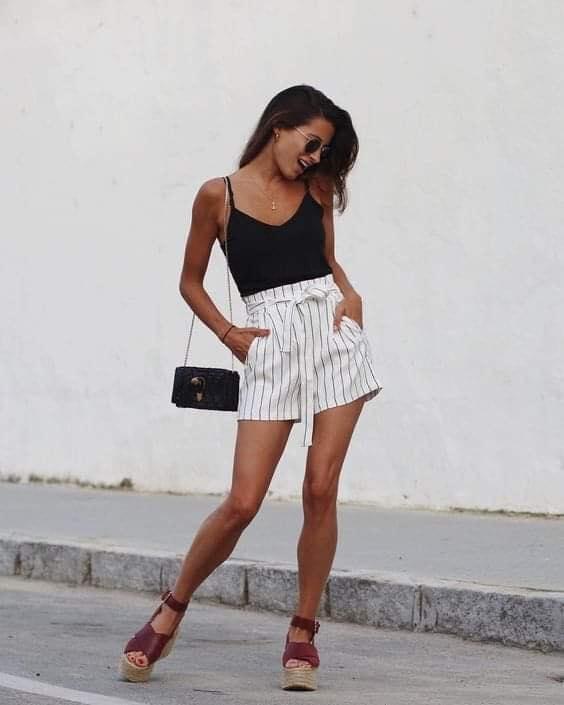 Short a rayas con blusa de tirantes para outfit casual
