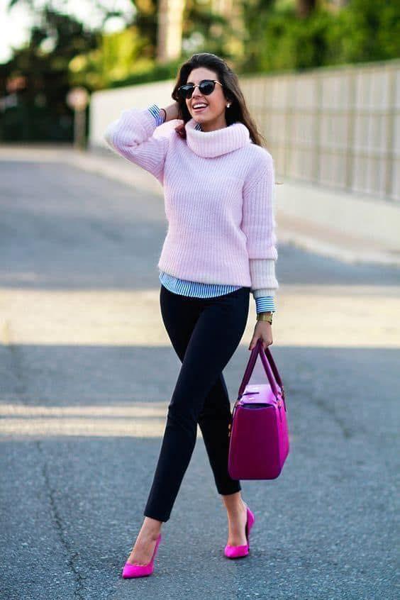 Suéter rosa en combinación con tacones rosas