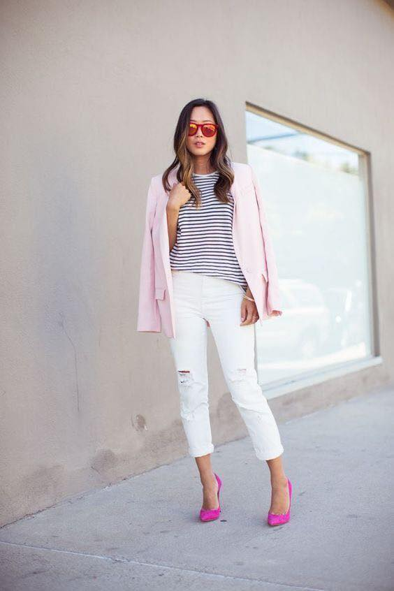Tacones de punta rosas con pantalón blanco