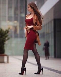 Vestido color tinto con medias y tacones de punta