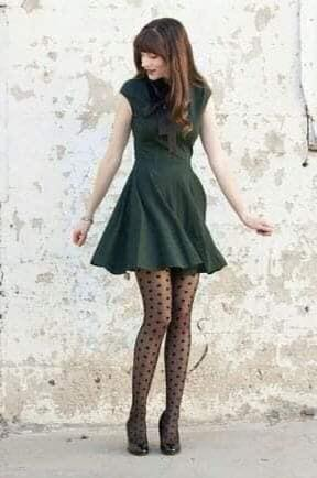 Vestido verde oliva oscuro con medias de puntos para tendencia de otoño