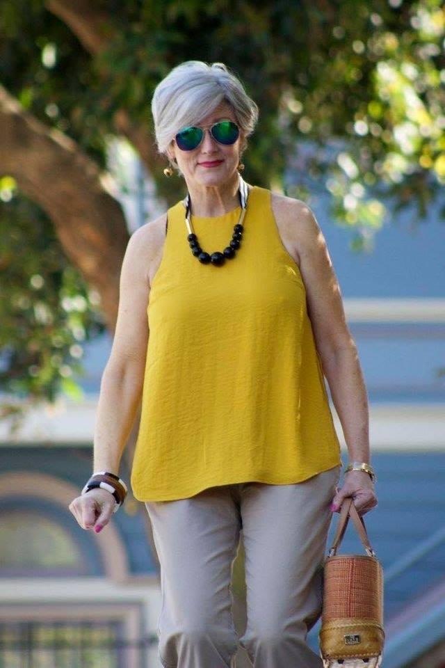 Amarillo vibrante para estilo casual de mujeres maduras y modernas