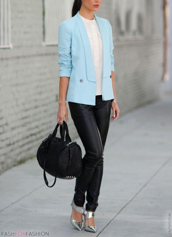 Blazer azul cielo en combinación con pantalón de cuero oscuro