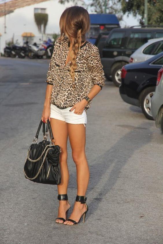 Blusa de patrón y shorts con tacones para outfit de mujeres maduras