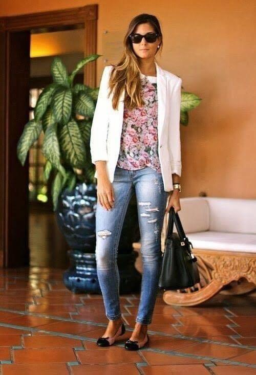 Blusa floreada en outfit casual de mujeres modernas y maduras