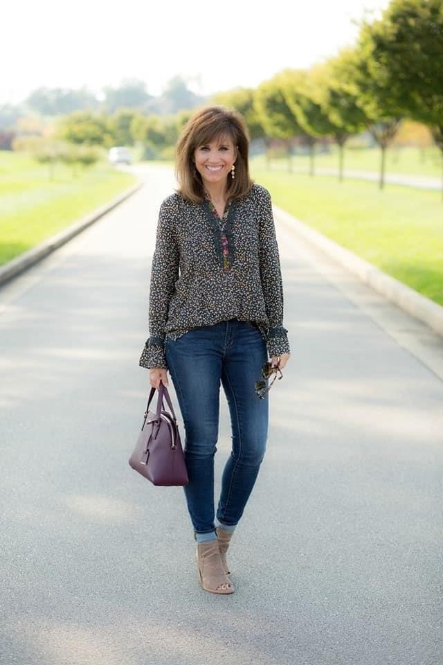 Blusa floreada para look casual de mujeres de 50 o más