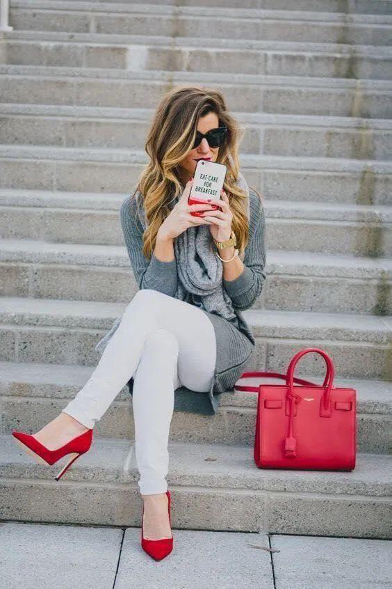 Bolsa y tacones en color rojo para outfit casual en mujeres maduras